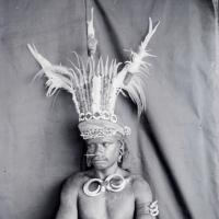 Kutyafogas homlokdísz és mágikus óceániai ékszerek a Móra-múzeumban